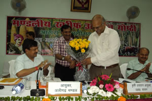 commissioner-agra-amrit-abhijat-welcomed-alok-ranjan-apc-by-giving-bouquet
