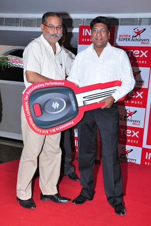 mr-narendra-bansal-cmd-intex-handing-over-keys-of-maruti-suzuki-wagon-r-to-mr
