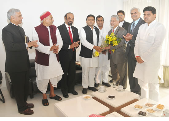bhoyendra-dutt-tiwari-with-up-cm-akhilesh-yadav