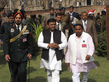 up-cm-in-jhanshi-army-function