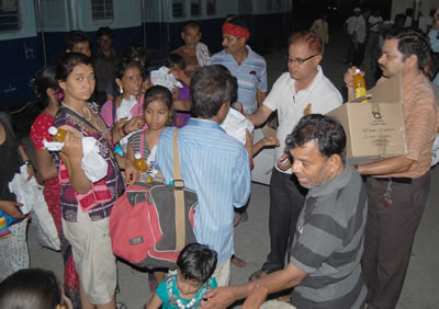 volunteers-of-sahara-india-pariwar-distributing-sahara-q-safe-driniking-water-along-with-juice-bottles-and-food-packets-at-the-haridwar-railway-station
