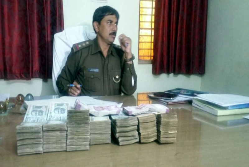 800x535update_jhansi_police_checking_nwabad_holding_more_than_5_million_in_cash_and_two_young_men1