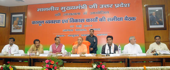 up-cm-yogi-meeting-in-agra