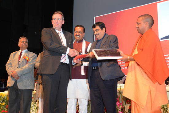 union-minister-shri-nitin-gadkari-felicitating-the-expertat-lucknow-conference-on-new-technology-fort-rioad-construction-here-in-city-on-friday